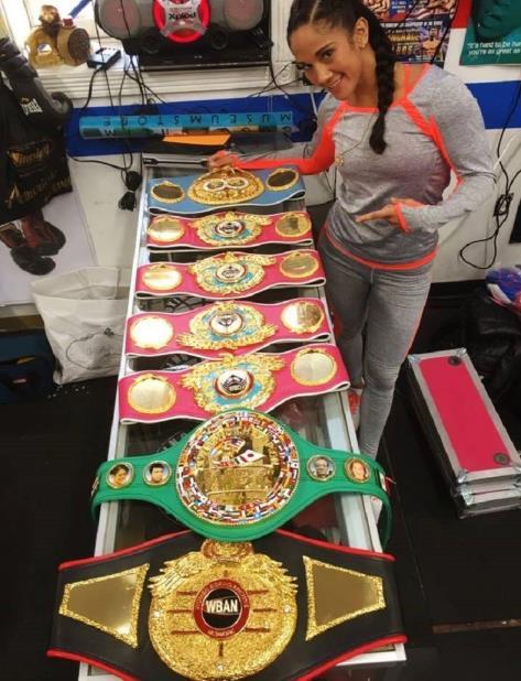 Amanda Serrano muestra sus cinco cinturones. (Suministrada) (vertical-x1)