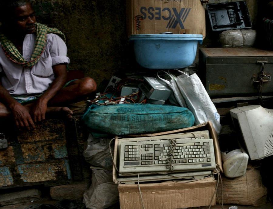 Basura electrónica apilada en un mercado local de Calcuta (India) (semisquare-x3)