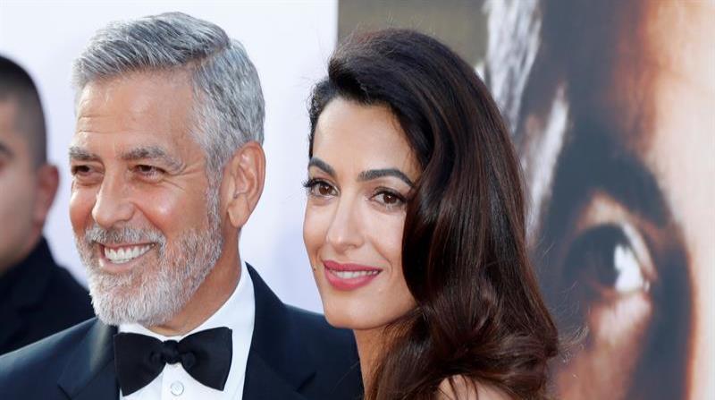 La esposa de George Clooney enseña por primera vez el rostro de sus gemelos.