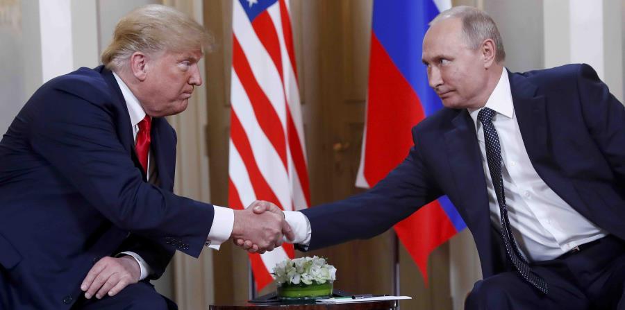el presidente de Estados Unidos, Donald Trump, y el mandatario ruso Vladimir Putin, estrechan manos al comenzar su reunión en el Palacio Presidencial de Helsinki, Finlandia. (AP) (horizontal-x3)