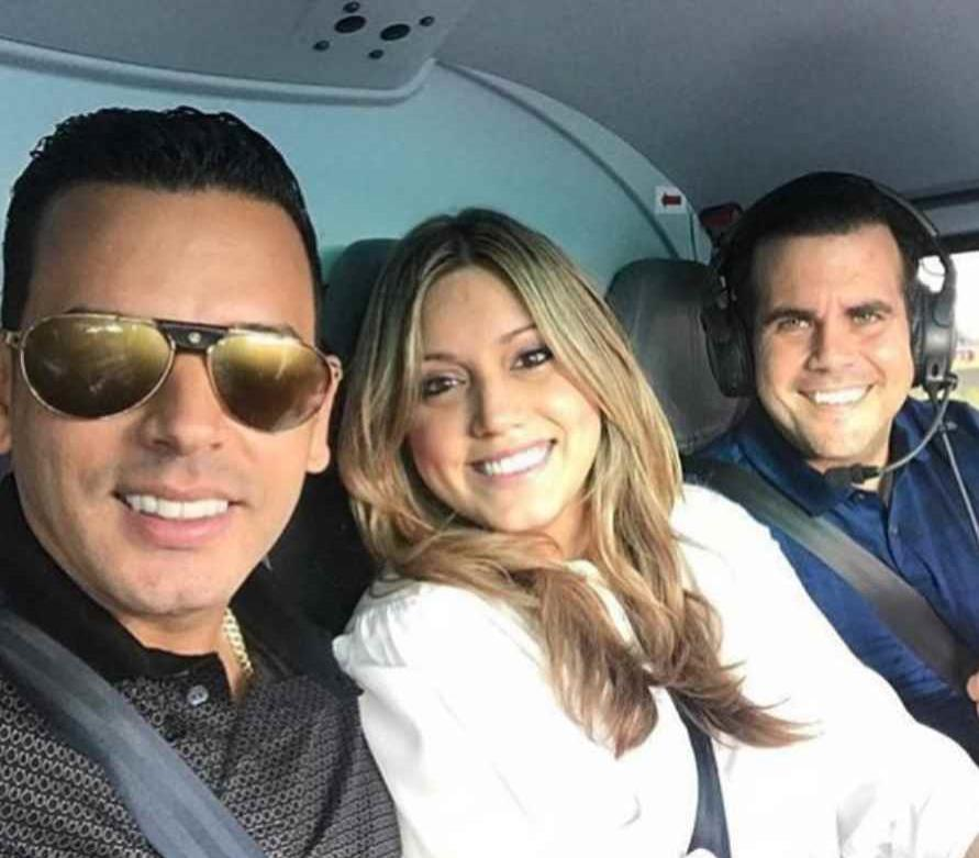 El cantante Tito El Bambino junto a la primera dama Beatriz Rosselló y el gobernador Ricardo Rosselló (semisquare-x3)