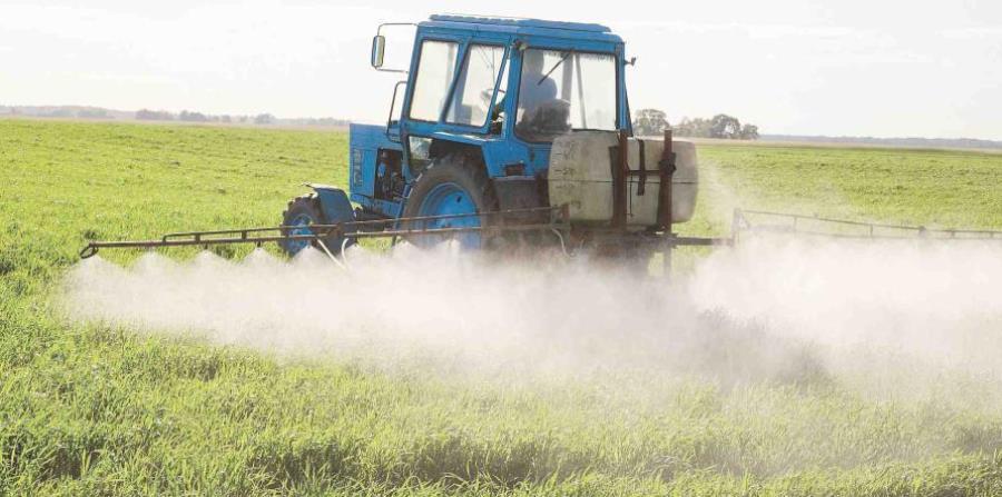 una máquina echa pesticida en una finca (horizontal-x3)