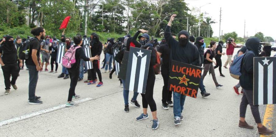 Un grupo de manifestantes de la UPR detuvieron el tránsito en la avenida Piñero por alrededor de 20 minutos durante la huelga de la UPR. (horizontal-x3)