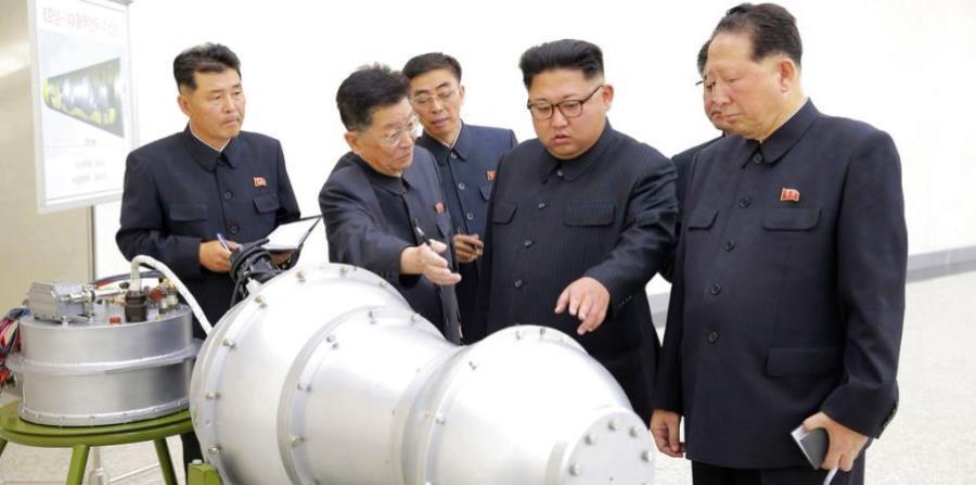 El presidente de Corea del Norte, Kim Jong-un, inspecciona unos misiles. (horizontal-x3)