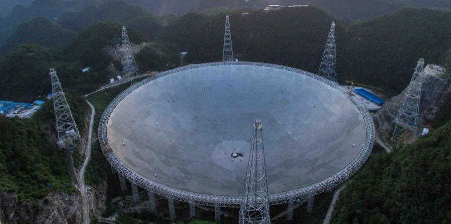Con un diámetro de medio kilómetro, que forma un disco parabólico tan grande como 30 campos de fútbol, el FAST (siglas en inglés del Telescopio de Apertura Esférica de Quinientos Metros) se ha convertido en uno de los principales orgullos tecnológicos del (horizontal-x3)