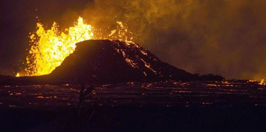 Gran cantidad de lava sale expulsada de una fisura y fluye hacia el océano (horizontal-x3)