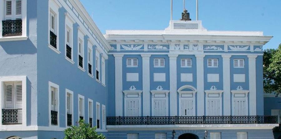 El administrador de la Oficina del Gobernador, Luis Martínez, entregó el documento a los trabajadores. (horizontal-x3)