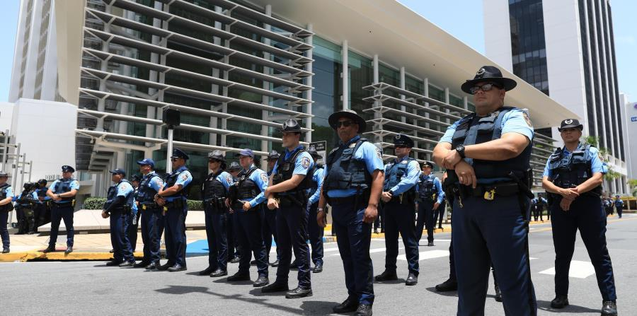 On May 1 there were confrontations between protesters and the police. (horizontal-x3)