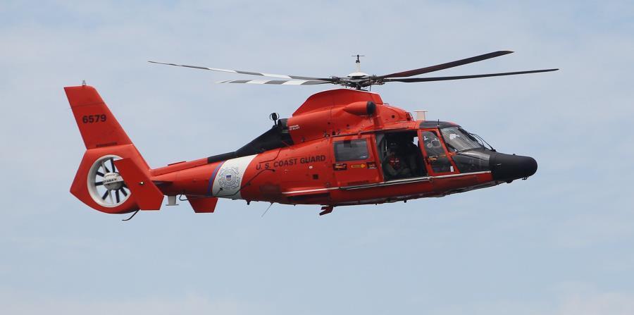 los oficiales de la Guardia Costera lograron rescatar a las dos personas en buen estado de salud y llevarlos a puerto seguro. (horizontal-x3)