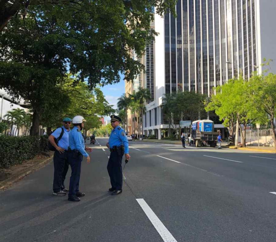 Un grupo de agentes ubicados en la Milla de Oro antes de las manifestaciones (semisquare-x3)