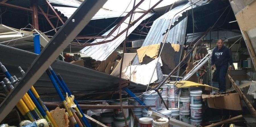 Los paneles de zinc, y las vigas que las sostenían, causaron daños materiales sustanciales. (Facebook.com / División de Operaciones Especiales) (horizontal-x3)