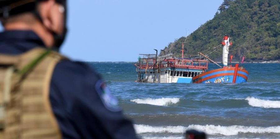 El barco con los inmigrantes encalló cerca de la desembocadura del río Daintree, conocida por estar llena de cocodrilos (horizontal-x3)
