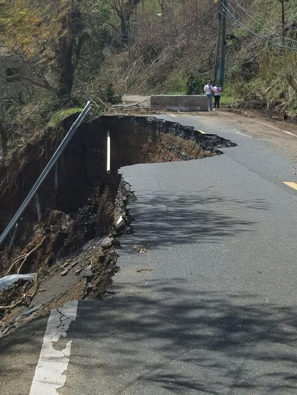 Esta carretera quedó completamente destruida en el barrio Gato.