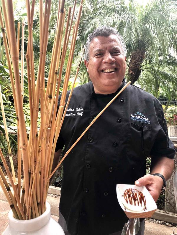 Chef Héctor Colón mostrando el bao bun relleno de cerdo. (Gregorio Mayí/Especial para GFR Media)
