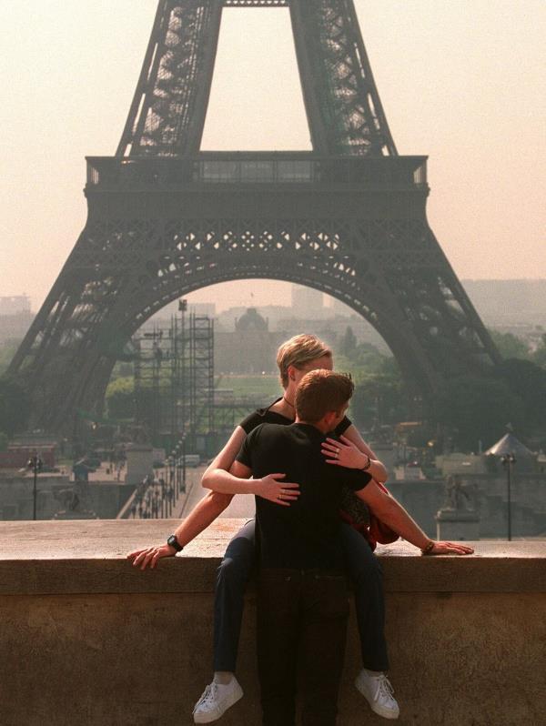 Una pareja en París, frente a la Torre Eiffel. (EPA PHOTO)