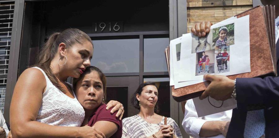 Mientras se exhiben imágenes de niños separados de sus familias, Yeni González, una madre guatemalteca que fue separada de sus tres hijos en la frontera de Estados Unidos y México, es abrazada por la voluntaria Janey Pearl (horizontal-x3)