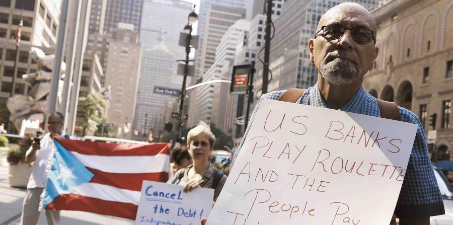 Un grupo de Puertorriqueños protestando en una reunión del gobierno de Puerto Rico en Nueva York (horizontal-x3)