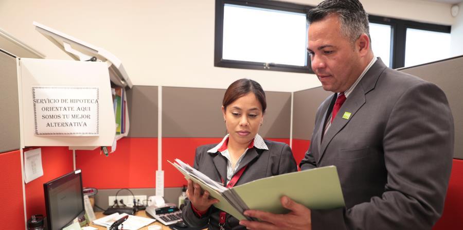 A la derecha, Miguel Ortiz, de CrediCentro, junto a Samalis Torres. (horizontal-x3)