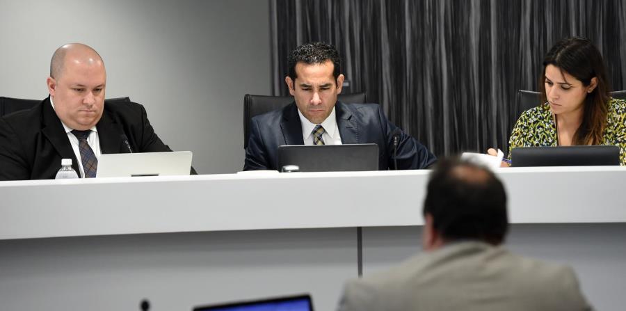 Ángel R. Rivera (izq.) y José H. Román (centro) integran actualmente la Comisión de Energía. Hay un puesto vacante desde abril del año pasado, tras la renuncia de Agustín Carbó. (GFR Media) (horizontal-x3)