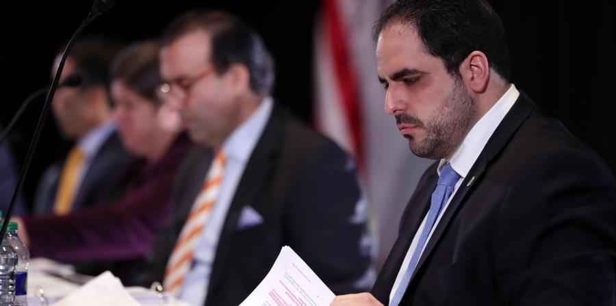 En primer plano, el representante del gobernador en la Junta, Christian Sobrino. Al fondo, tres de los miembros del organismo fiscal. (horizontal-x3)