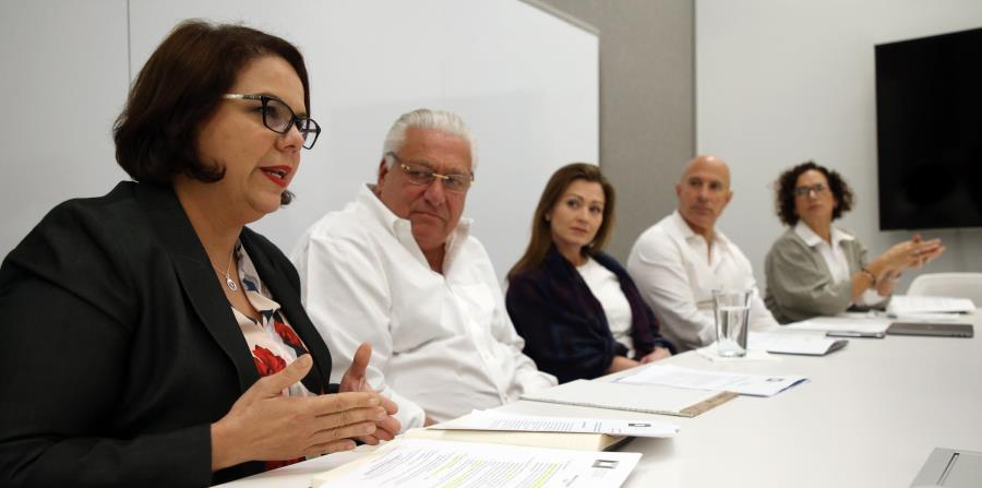 La directora ejecutiva de la Puerto Rico Education Foundation, Enid Reyes, en primer plano, junto a miembros de la junta de directores de la entidad y la secretaria de Educación, Julia Keleher. (horizontal-x3)