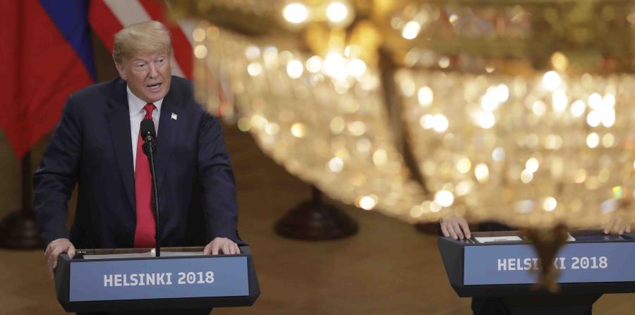 El presidente Donald Trump hace declaraciones a la prensa después de su reunión con el mandatario ruso, Vladimir Putin, que tuvo lugar en el palacio presidencial en Helsinki, Finlandia. (AP) (horizontal-x3)