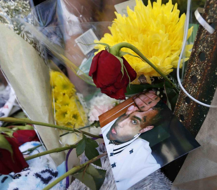 Fanáticos llevaron flores y fotos al lugar que murió XXXTentacion. (semisquare-x3)