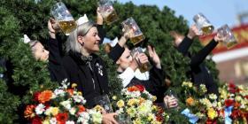 Fluye la cerveza en Munich al comenzar el Oktoberfest