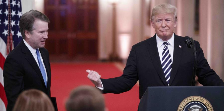 El presidente de Estados Unidos, Donald Trump, realizó anoche una toma de posesión ceremonial para el juez de la Corte Suprema, Brett Kavanaugh, en la Sala Este de la Casa Blanca, en Washington. (AP) (horizontal-x3)