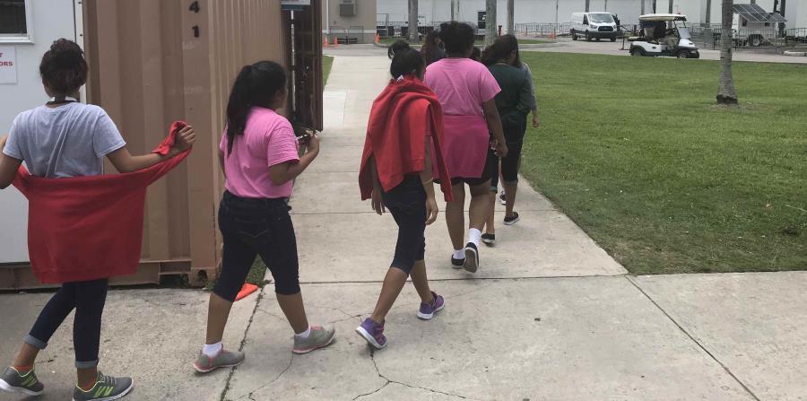 varios niños inmigrantes mientras caminan dentro del Refugio Temporal de Homestead para niños inmigrantes no acompañados, en Florida (EE.UU.). (horizontal-x3)