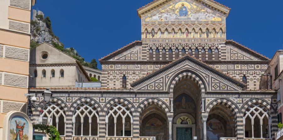 La Catedral de Amalfi, de estilo románico árabe-normando, dedicada al Apóstol San Andrés, ubicada frente a una amplia plaza conocida localmente como Piazza del Duomo.  (Suministrada)