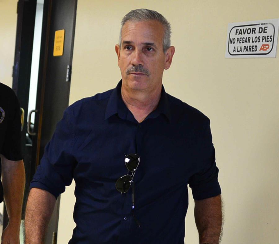 El agente Carlos Ocasio Matos no emitió declaraciones al salir del tribunal. (semisquare-x3)