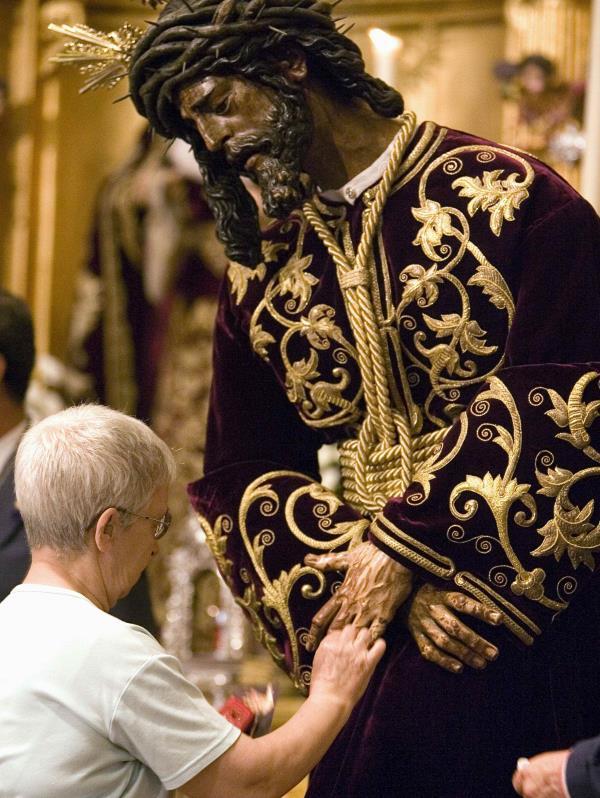Las procesiones de Semana Santa en Sevilla se organizan mediante hermandades o cofradías. Cada cofradía procesiona en un día, horario e itinerario determinado,  sin que haya dos que tengan el mismo recorrido. (EFE)