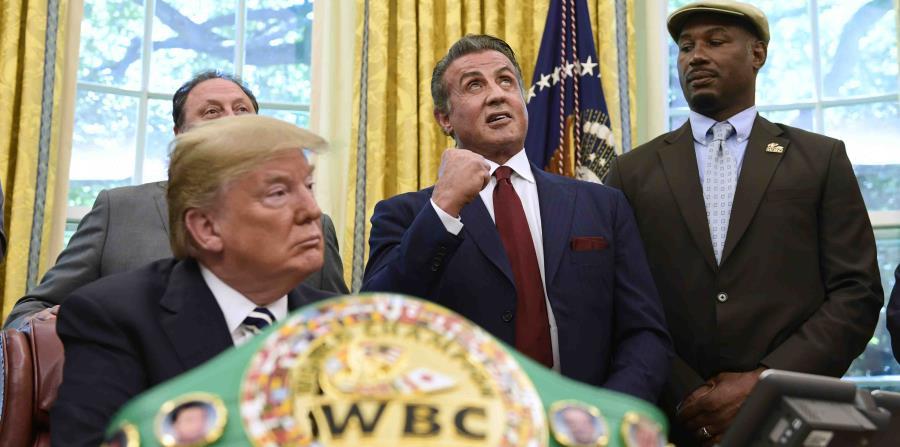 El presidente estadounidense Donald Trump junto con el actor Sylvester Stallone y el boxeador Lennox Lewis, tras indultar póstumamente al boxeador negro Jack Johnson, en la Casa Blanca en Washington el 24 de mayo del 2018 (horizontal-x3)