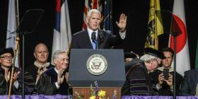 Protestan en una universidad de Indiana por la presencia de Mike Pence en ceremonia de graduación
