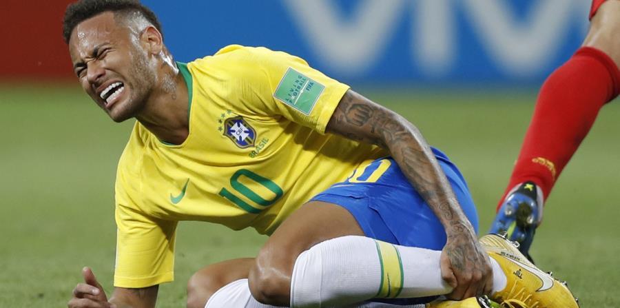 Neymar aceptó que a veces exagera sus reacciones tras las faltas. (AP) (horizontal-x3)