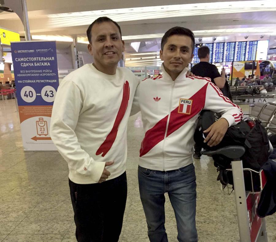José Jiménez (der.) y Jorge Oxa posan durante una escala en el aeropuerto de Moscú. (AP / Pablo Giussani) (semisquare-x3)