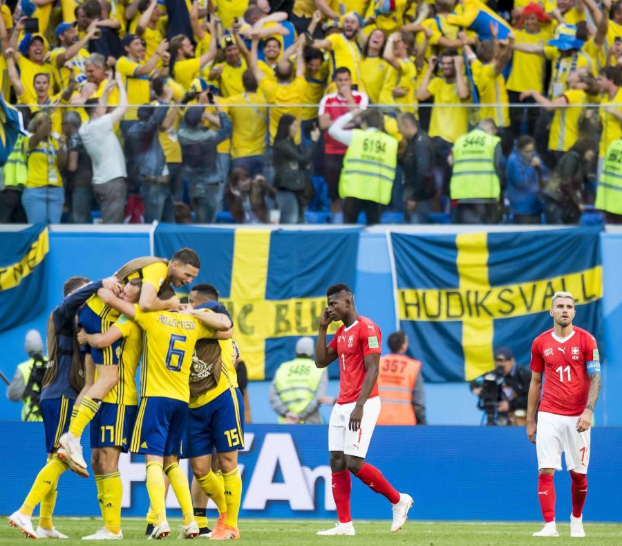 El delantero suizo Breel Embolo (C) y el mediocampista suizo Valon Behrami (R) reaccionan junto a los jugadores de fútbol suecos durante la ronda de octavos final de la Copa Mundial de la FIFA 2018 entre Suecia y Suiza.(EFE) (semisquare-x3)
