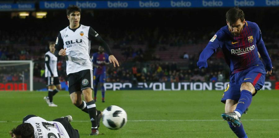 Lionel Messi dispara a la portería durante el partido. (AP) (horizontal-x3)