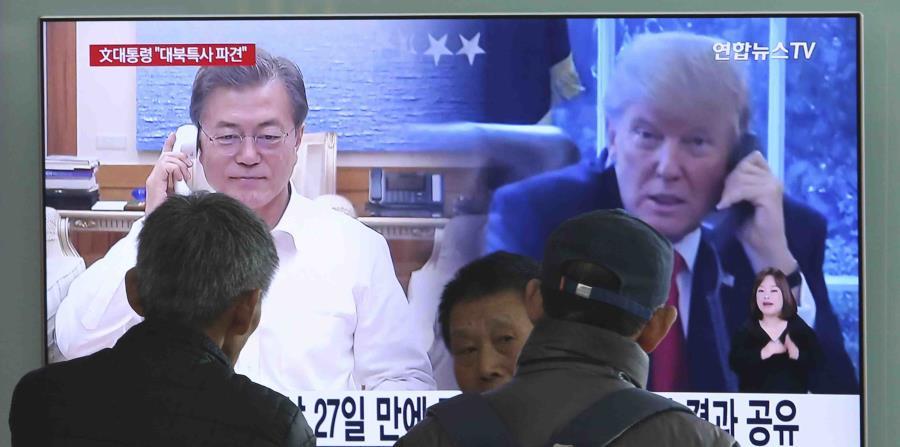 Imagen de una conversación telefónica entre el presidente de Estados Unidos, Donald Trump, y el presidente de Corea del Sur, Moon Jae-in. (AP) (horizontal-x3)