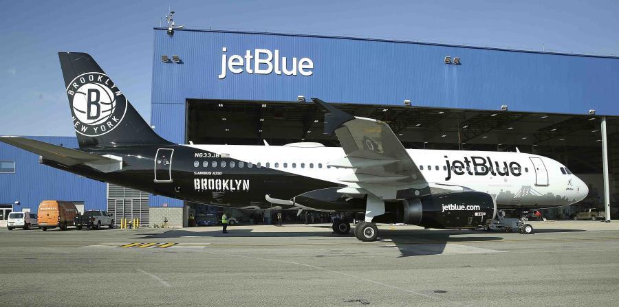 A principios de noviembre, JetBlue también estrenó su nuevo avión BK Blue que está dedicado a los Brooklyn Nets. (AP) (horizontal-x3)