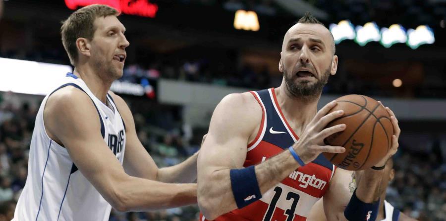 En esta fotografía de archivo, el alemán Dirk Nowitzki, de los Mavericks de Dallas, (izquierda) intenta quitarle el balón al polaco Marcin Gortat, de los Wizards de Washington, en Dallas. (Archivo / AP) (horizontal-x3)