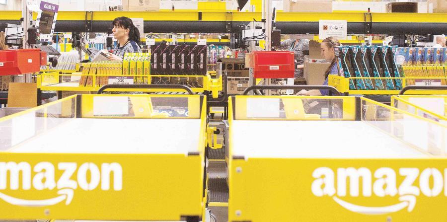 En la foto empleados de Amazon procesando los pedidos de los clientes (horizontal-x3)