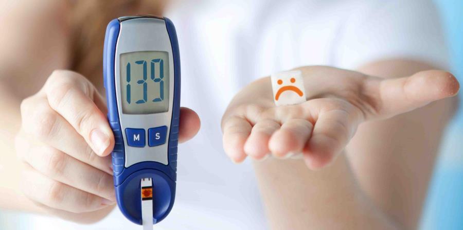 Mujer con medidor de glucosa y carita triste (horizontal-x3)