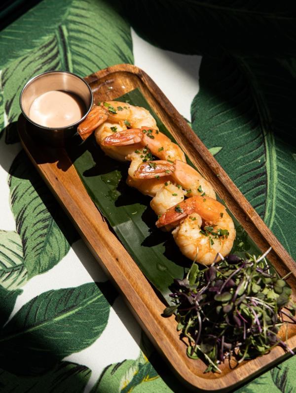El menú es rico en sabores tropicales como los camarones al ajillo. (Suministrada)