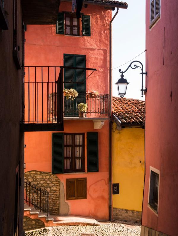 Monforte d'Alba tiene calles empinadas de adoquín bordeadas de palacios color ocre y durazno. (The New York Times)