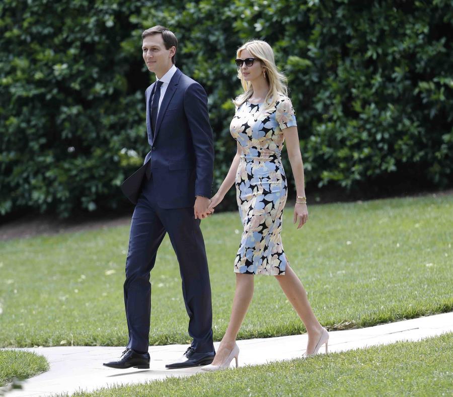 Ivanka Trump y Jared Kushner caminan en los jardines de la Casa Blanca. (semisquare-x3)