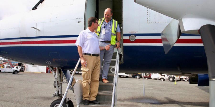 El secretario de Estado, Luis Rivera Marín, izquierda, estuvo ayer en el aeropuerto de Aguadilla, desde donde despegó el avión que supuestamente aterrizó en Venezuela (horizontal-x3)