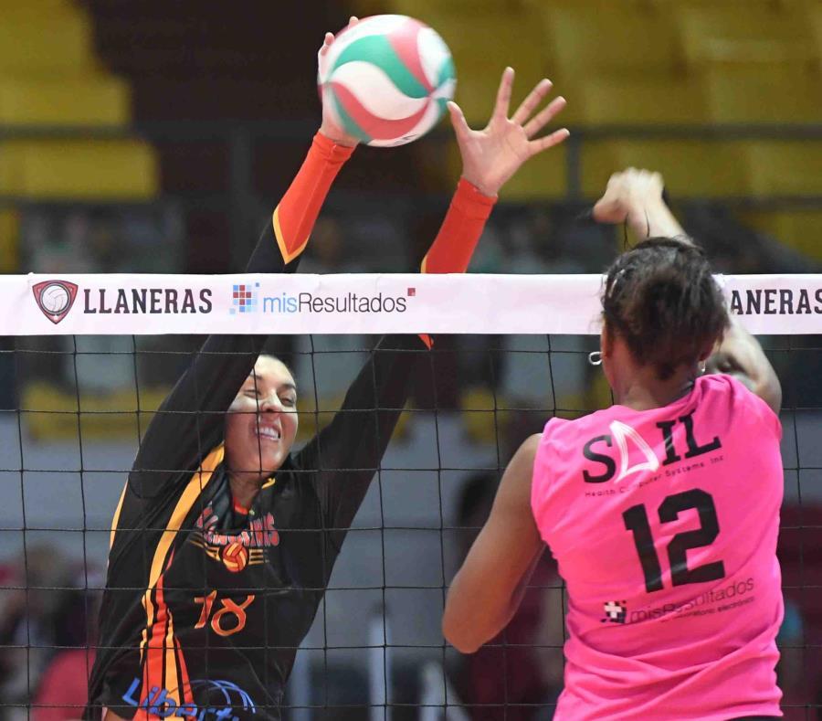 Lynda Morales (de frente) sumó 12 puntos por las Valencianas. (Archivo / luis.alcaladelolmo@gfrmedia.com) (semisquare-x3)