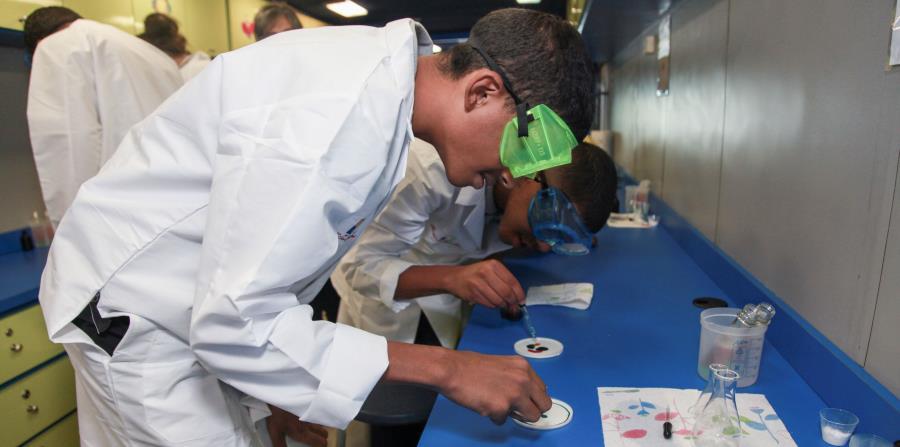 La unidad rodante de los Centros Sor Isolina Ferré está equipada para ofrecer laboratorios de ciencias con materiales caseros y brindar talleres interactivos de cuatro horas a estudiantes de escuelas públicas.  (horizontal-x3)